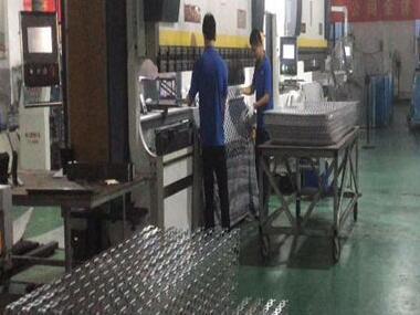 铝网孔板车间生产